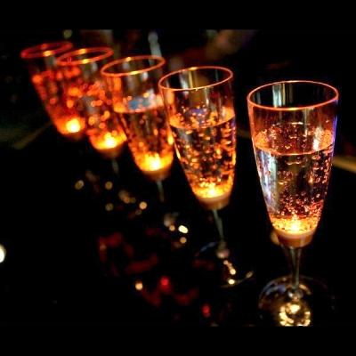 光る シャンパングラス
